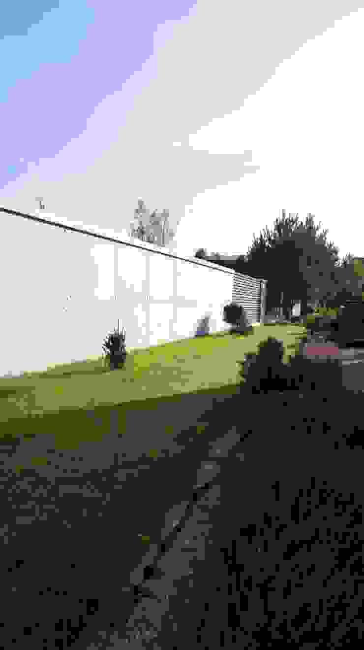 Ogrodzenie z betonu architektonicznego Nowoczesne domy od Contractors Nowoczesny Drewno O efekcie drewna