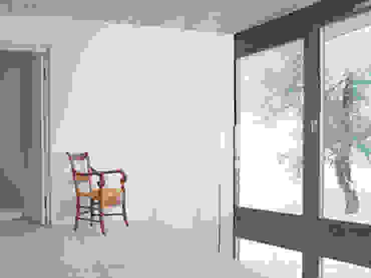 Pasillos, vestíbulos y escaleras de estilo moderno de LOCALARCHITECTURE Moderno
