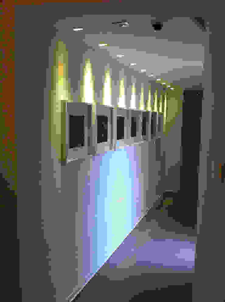 Pasillos, vestíbulos y escaleras de estilo moderno de UZone Design Moderno