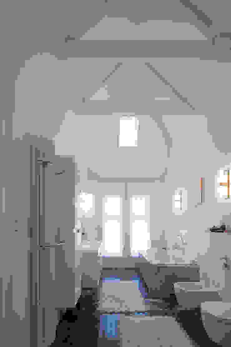 GLAZEN UITBOUW DUINWEG_06 Moderne badkamers van HOYT architecten Modern