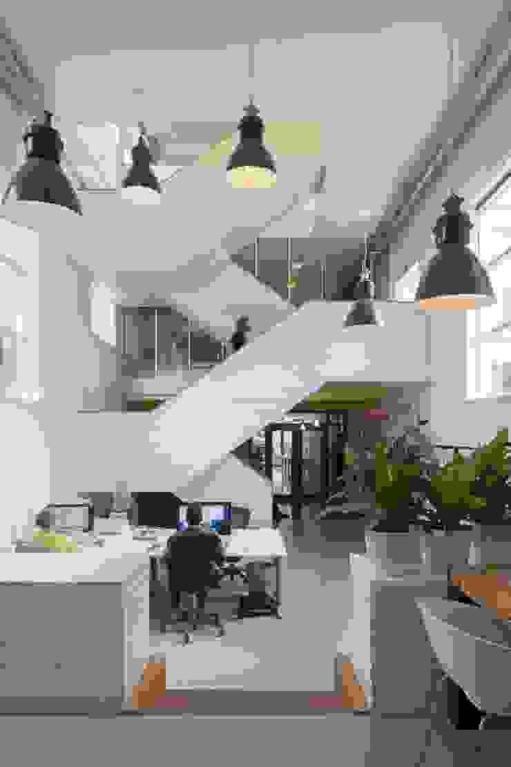 TRANSFORMATIE VAN KERK NAAR KANTOOR_01 Moderne kantoorgebouwen van HOYT architecten Modern