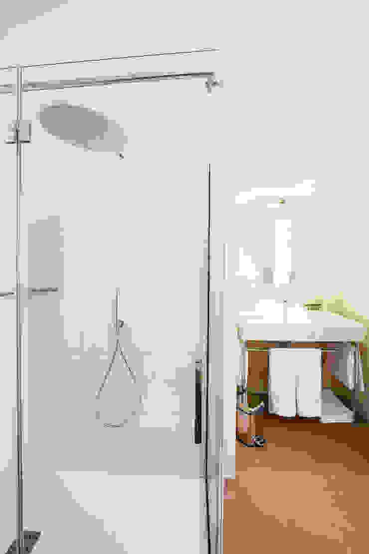 Baños de estilo moderno de UZone Design Moderno