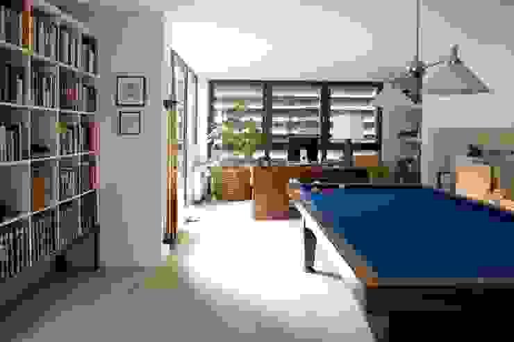 WOONHUIS MET FOTOSTUDIO_07:  Studeerkamer/kantoor door HOYT architecten,