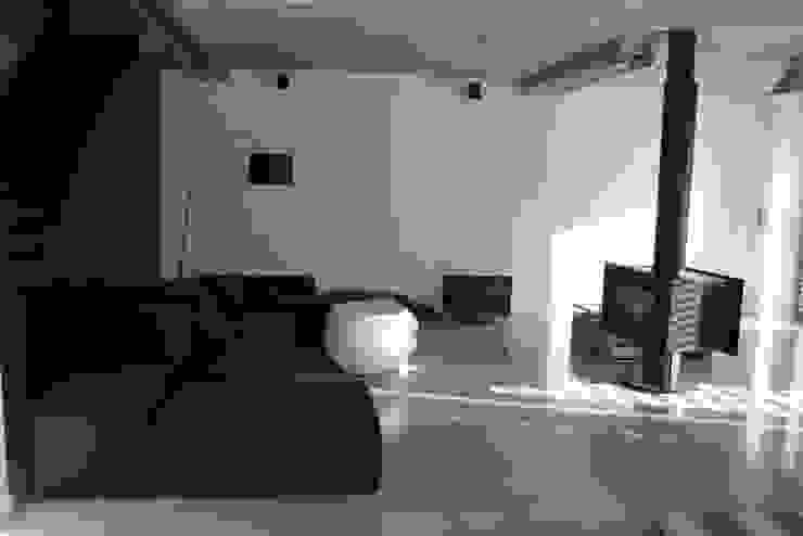 Podłoga betonowa Minimalistyczny salon od Contractors Minimalistyczny