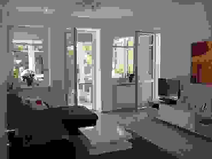 Wohnraum mit Verbindung zum Wintergarten und zur Terrasse Klassische Wohnzimmer von Architekturbüro Eberhardt Klassisch