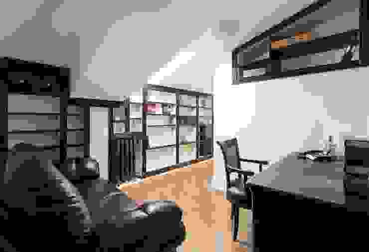 кабинет на втором уровне:  в современный. Автор – Архитектурно-дизайнерское бюро Натальи Медведевой 'APRIORI design', Модерн