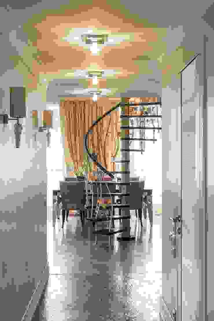 коридор, вид на кованую лестницу:  в современный. Автор – Архитектурно-дизайнерское бюро Натальи Медведевой 'APRIORI design', Модерн