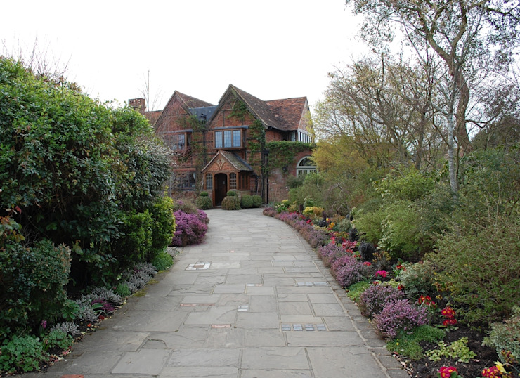 Tudor Manor House Arttus Casas de estilo clásico