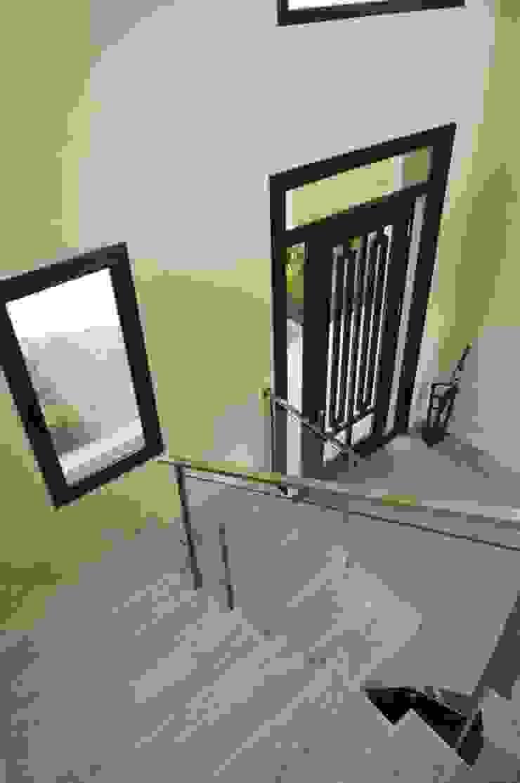 Couloir, entrée, escaliers modernes par Parrado Arquitectura Moderne