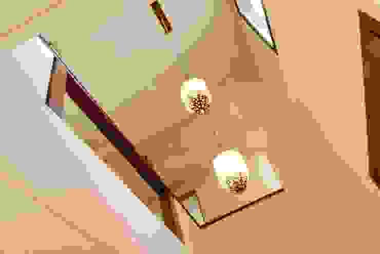 HALL EN DOBLE ALTURA Pasillos, vestíbulos y escaleras modernos de Parrado Arquitectura Moderno