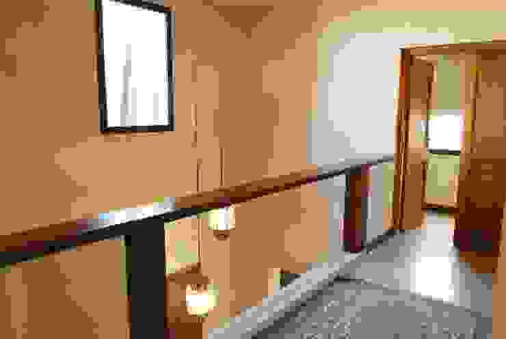 Pasillos, vestíbulos y escaleras modernos de Parrado Arquitectura Moderno