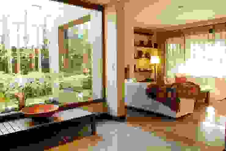 Moderne woonkamers van Parrado Arquitectura Modern