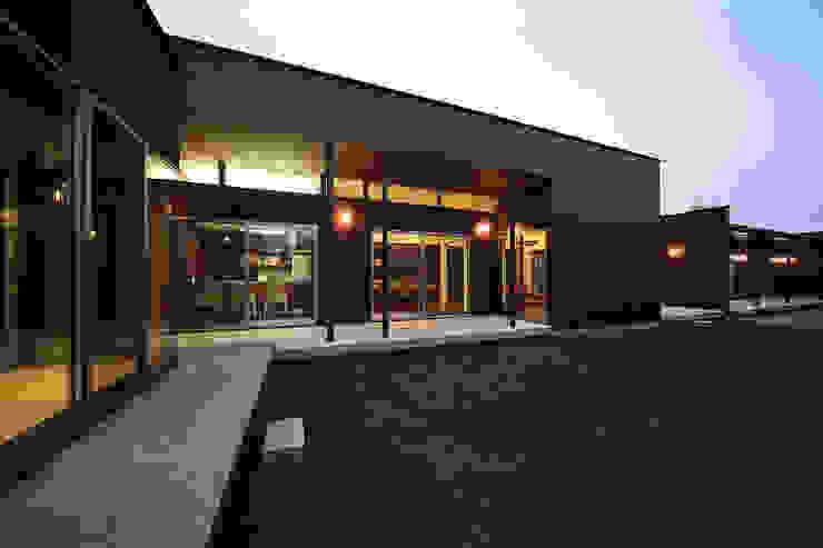 ガーデンからの風景(リビング、ダイニング、キッチン) モダンな 家 の 猪股浩介建築設計 Kosuke InomataARHITECTURE モダン
