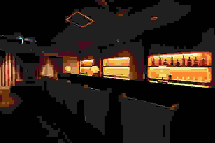 THE BAR: 猪股浩介建築設計 Kosuke InomataARHITECTUREが手掛けたワインセラーです。,モダン
