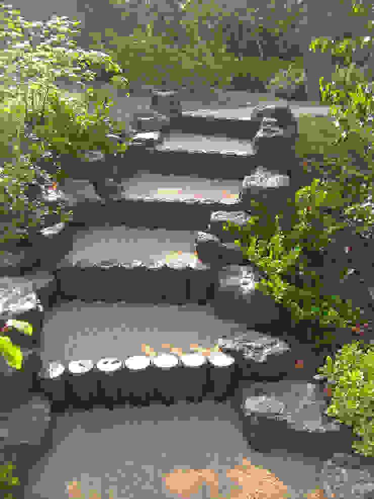 自然石を使った階段 オリジナルな 庭 の 新美園 オリジナル