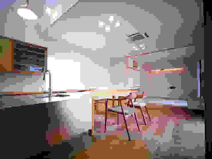 雑木林の家 モダンデザインの リビング の 鶴巻デザイン室 モダン