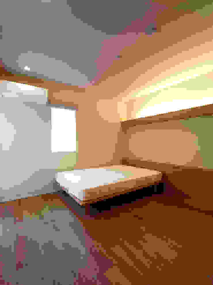 雑木林の家 モダンスタイルの寝室 の 鶴巻デザイン室 モダン