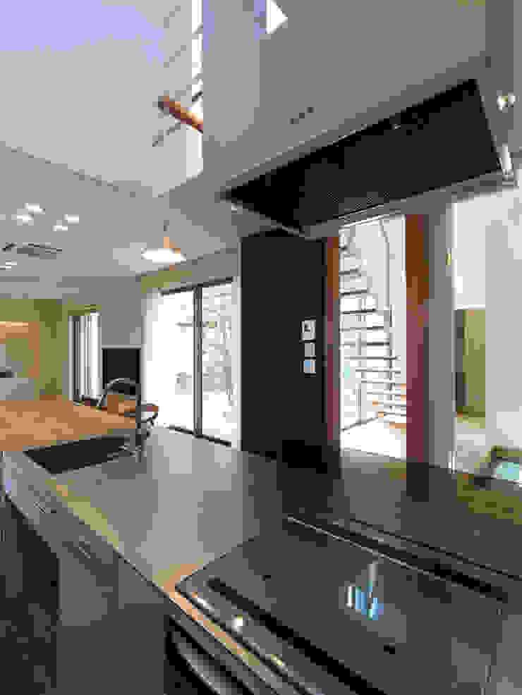 雑木林の家 モダンな キッチン の 鶴巻デザイン室 モダン