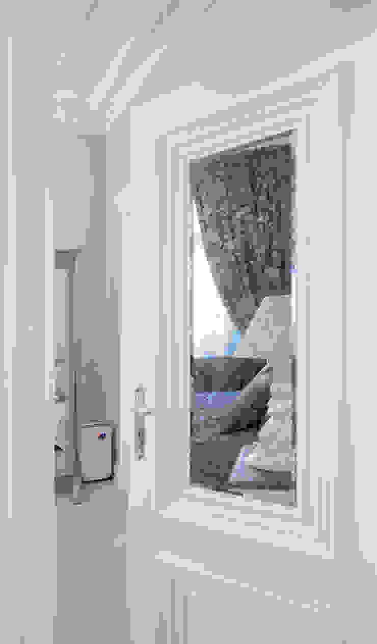 дверь со вставкой состаренного зеркала:  в современный. Автор – Архитектурно-дизайнерское бюро Натальи Медведевой 'APRIORI design', Модерн