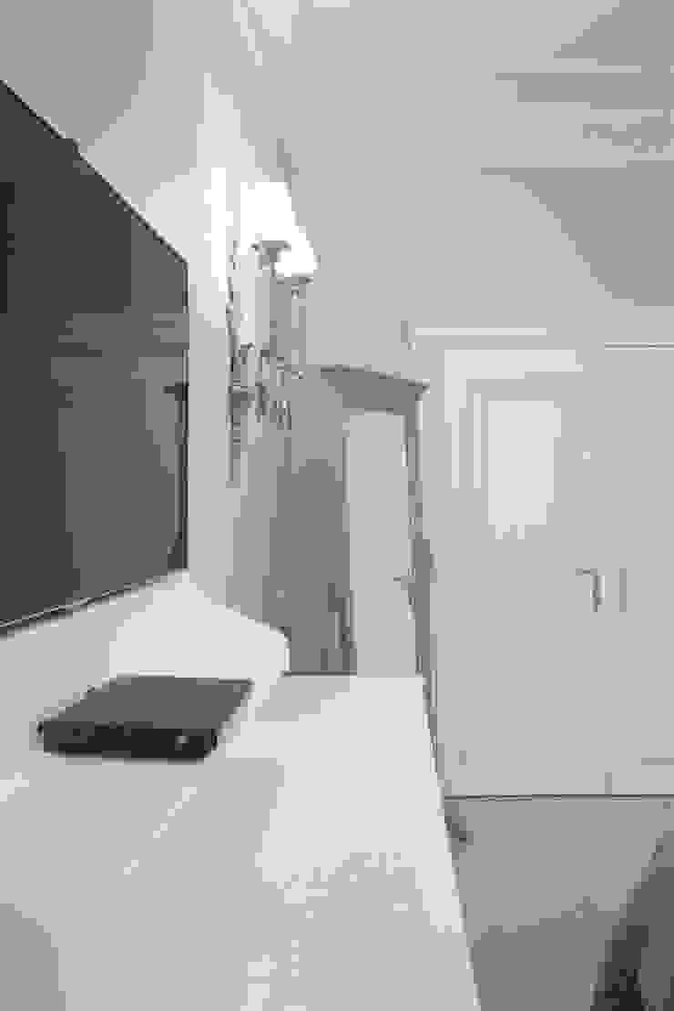 спальня, вид на гардеробную:  в современный. Автор – Архитектурно-дизайнерское бюро Натальи Медведевой 'APRIORI design', Модерн
