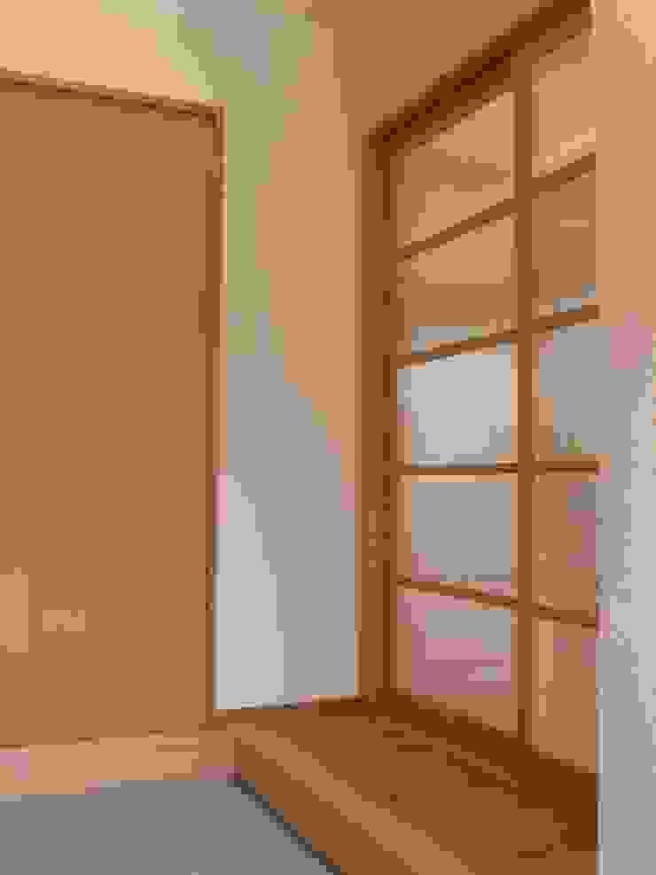 Minimalist corridor, hallway & stairs by 鶴巻デザイン室 Minimalist