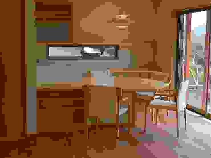 Minimalist dining room by 鶴巻デザイン室 Minimalist