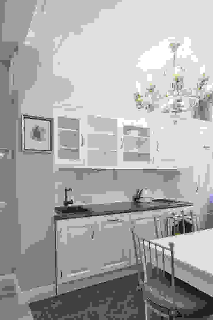 кухонная зона:  в современный. Автор – Архитектурно-дизайнерское бюро Натальи Медведевой 'APRIORI design', Модерн