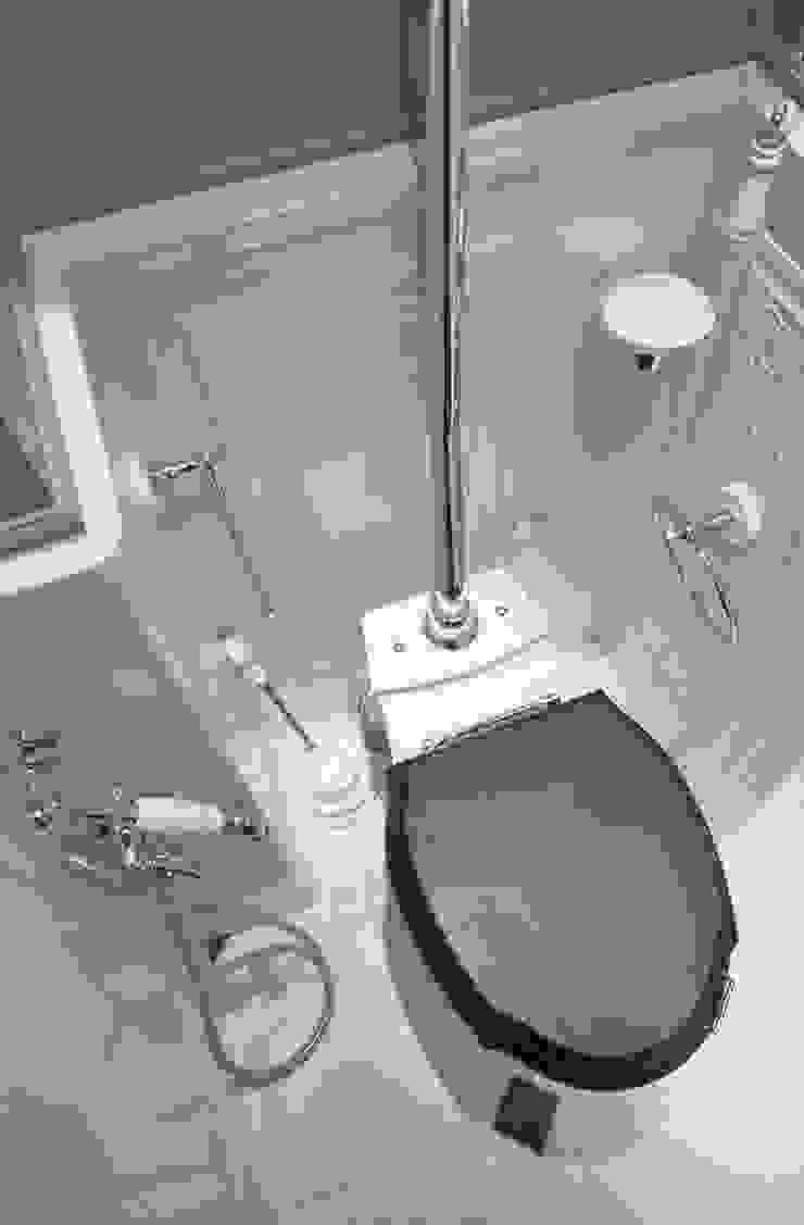 туалет:  в современный. Автор – Архитектурно-дизайнерское бюро Натальи Медведевой 'APRIORI design', Модерн