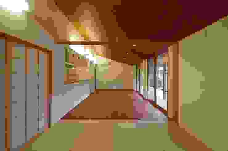 大屋根の家 オリジナルデザインの リビング の 徳永建築事務所 オリジナル