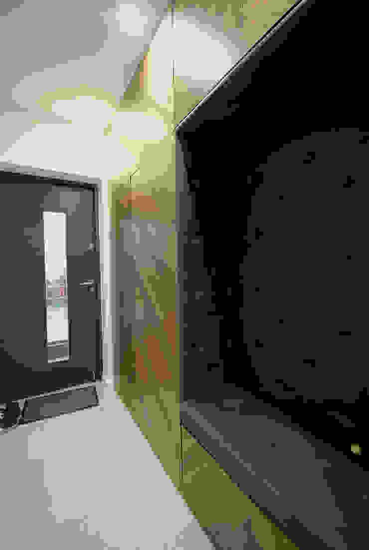 projekt wnętrza domu w Wiśniowej Górze -156mkw Skandynawski korytarz, przedpokój i schody od Piotr Stolarek Projektowanie Wnętrz Skandynawski