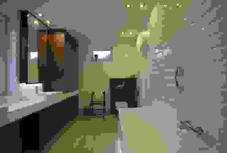 projekt wnętrza domu w Wiśniowej Górze -156mkw Skandynawska łazienka od Piotr Stolarek Projektowanie Wnętrz Skandynawski