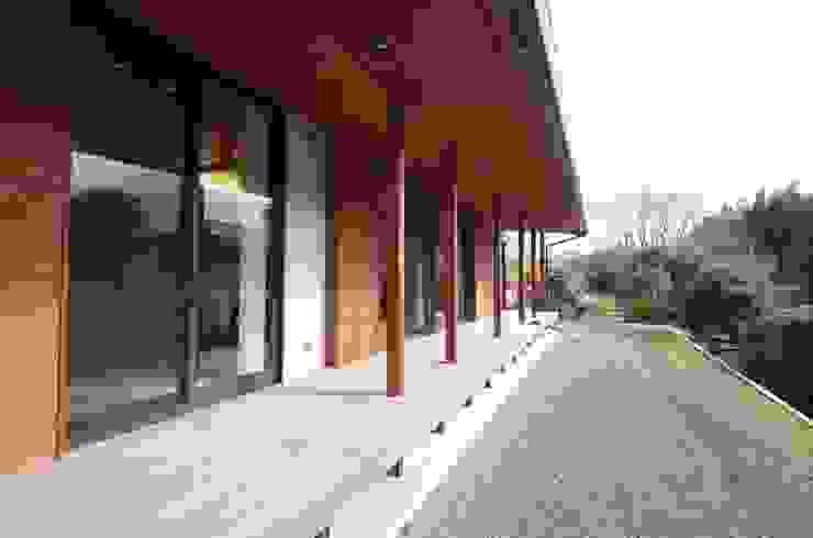 大屋根の家 オリジナルな 庭 の 徳永建築事務所 オリジナル