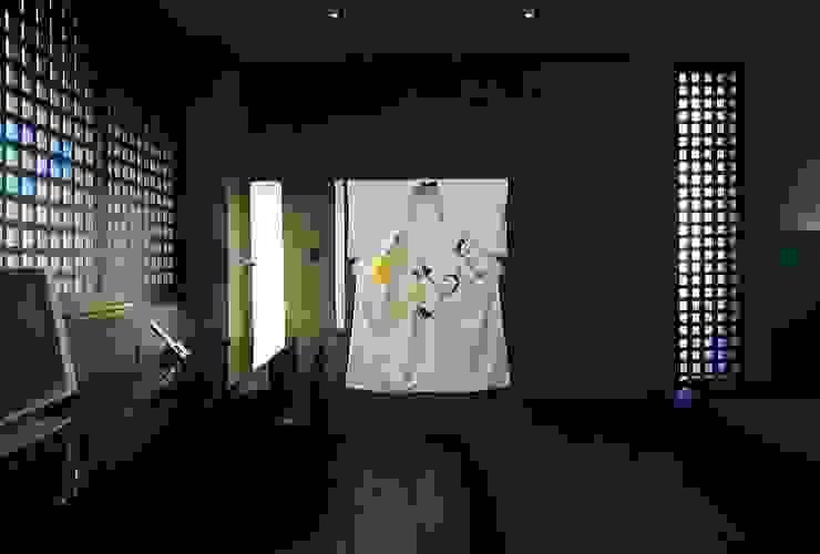 Hotel Puerta America Madrid, habitación Arata Isozaki Estudios y despachos de estilo moderno de RAFAEL VARGAS FOTOGRAFIA SL Moderno