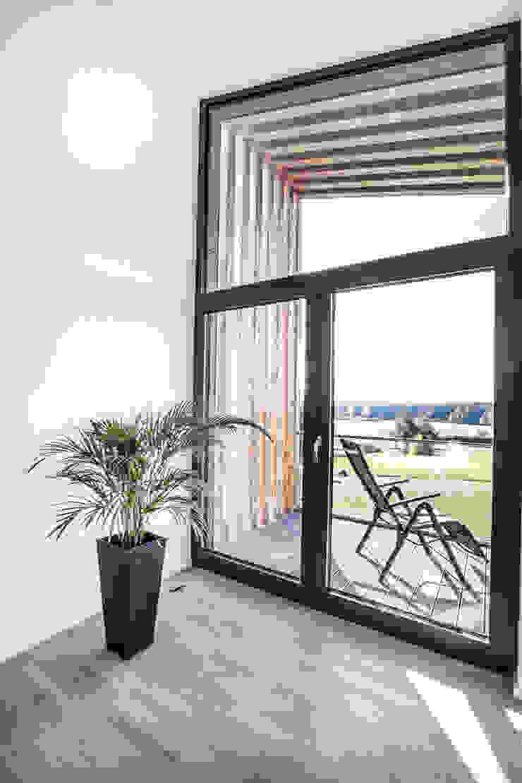 21-arch GmbH Minimalist balcony, veranda & terrace
