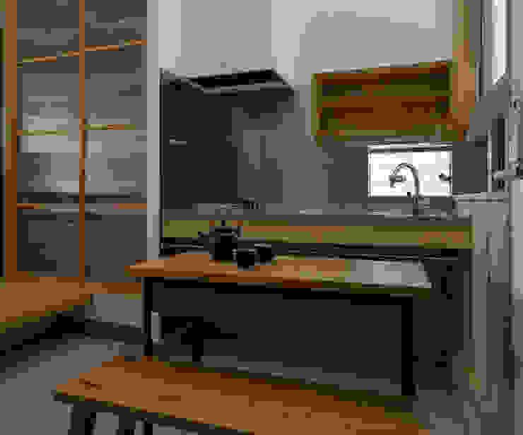 吹抜けにある土間キッチン オリジナルデザインの キッチン の 小野育代建築設計事務所 オリジナル