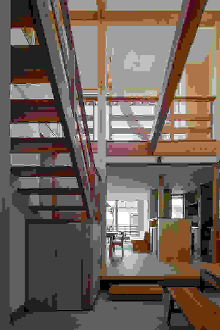 玄関土間から吹抜けを見る オリジナルデザインの 多目的室 の 小野育代建築設計事務所 オリジナル
