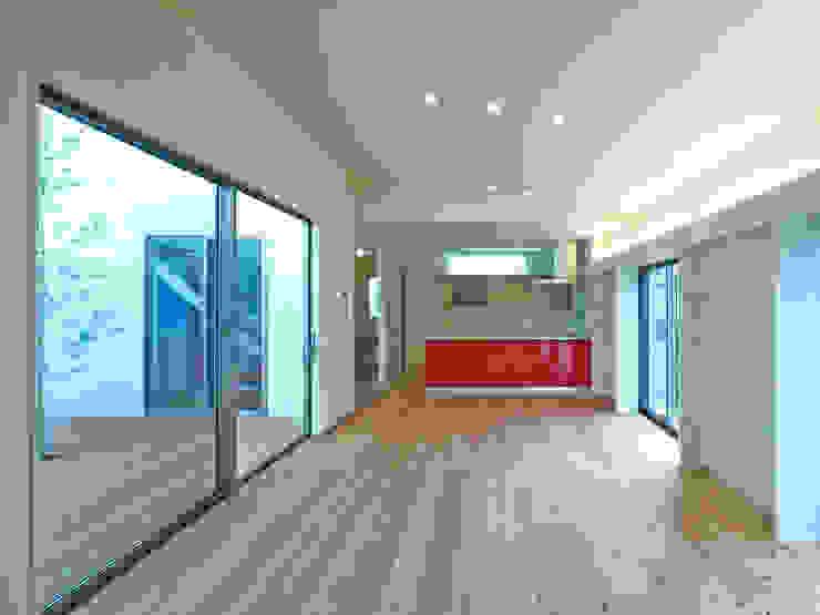 中庭の家 モダンデザインの リビング の 鶴巻デザイン室 モダン