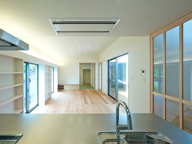 中庭の家 モダンデザインの ダイニング の 鶴巻デザイン室 モダン