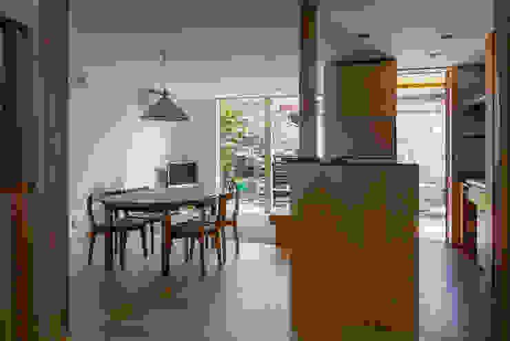 土間キッチンから見るリビング・ダイニング オリジナルデザインの リビング の 小野育代建築設計事務所 オリジナル