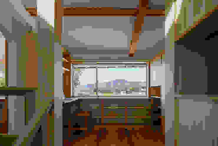 階段を上ると、北の窓から美しい山の稜線が見える オリジナルデザインの 書斎 の 小野育代建築設計事務所 オリジナル