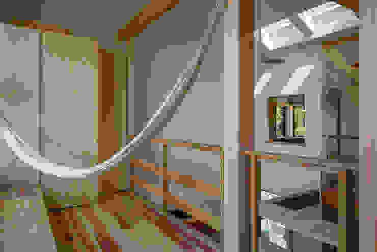 南サンスペースから書斎の窓を見る オリジナルデザインの 多目的室 の 小野育代建築設計事務所 オリジナル