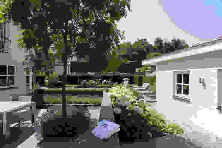 Een groene entree Moderne tuinen van Stoop Tuinen Modern