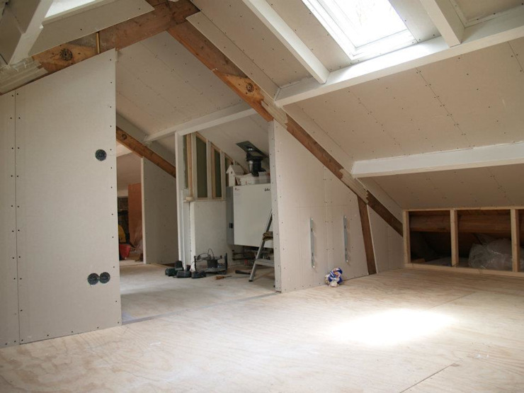 Verdieping tijdens verbouwing: modern  door A&R10, Modern