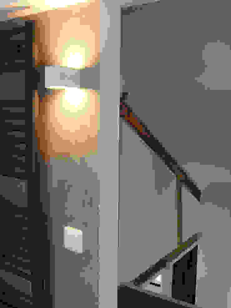 badkamer verdieping hal na de verbouwing: modern  door A&R10, Modern