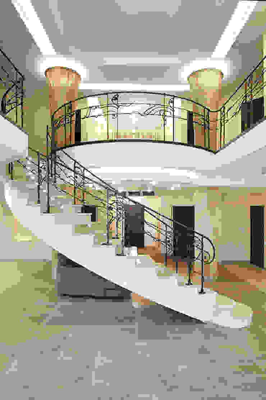 """<q class=""""-first"""">Узигонты</q> Коридор, прихожая и лестница в эклектичном стиле от дизайн-группа 'Лестница' Эклектичный"""