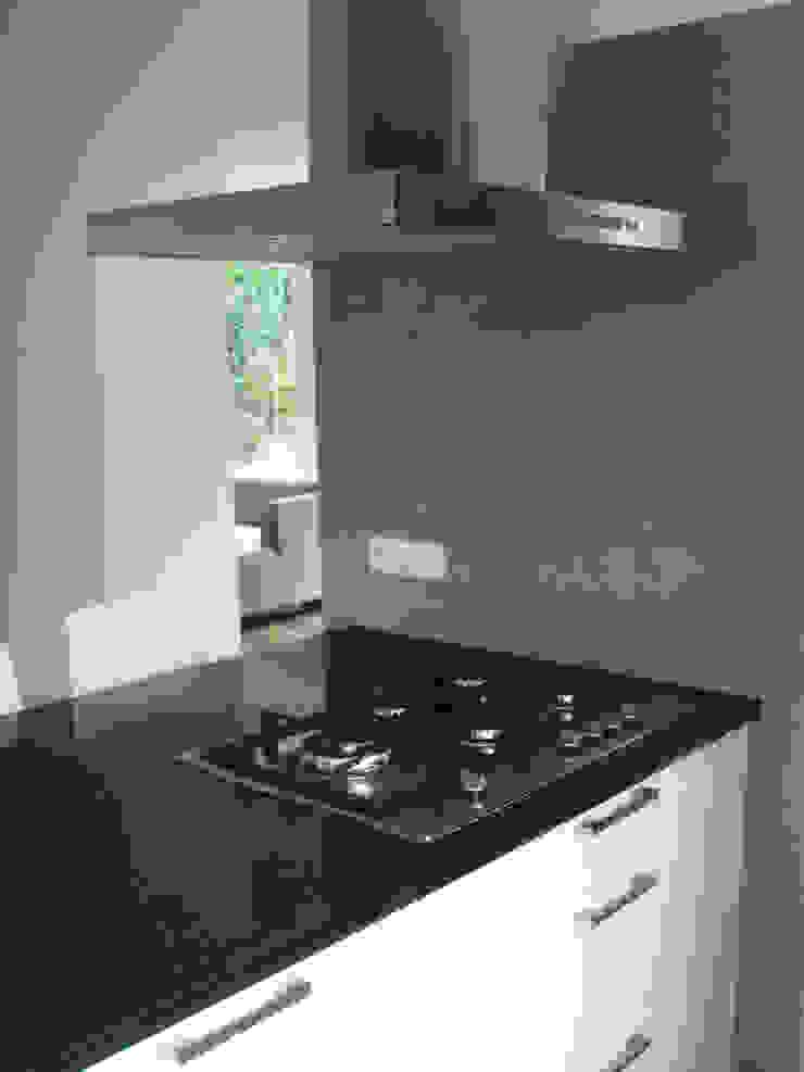 keuken-hal na de verbouwing : modern  door A&R10, Modern