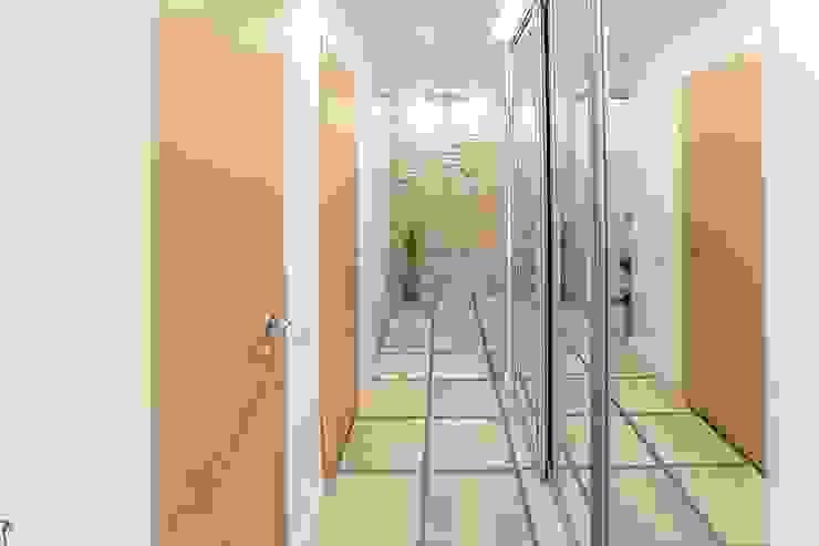 Zi-design Interiors Modern corridor, hallway & stairs