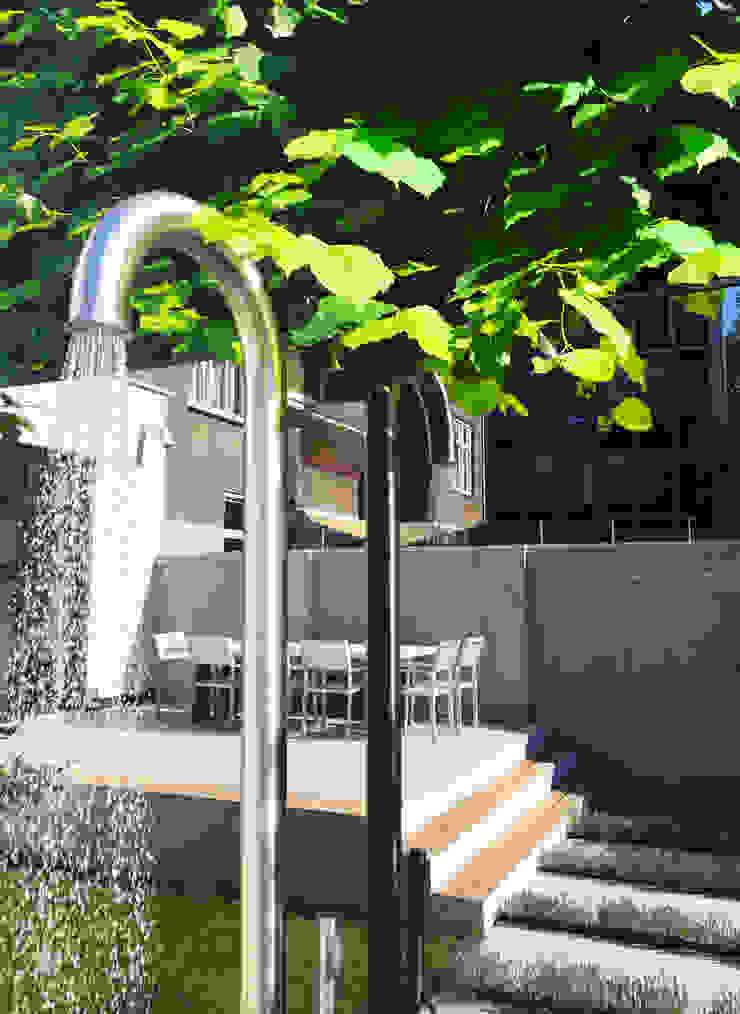Buitendouche: modern  door Buro van Rooijen, Modern