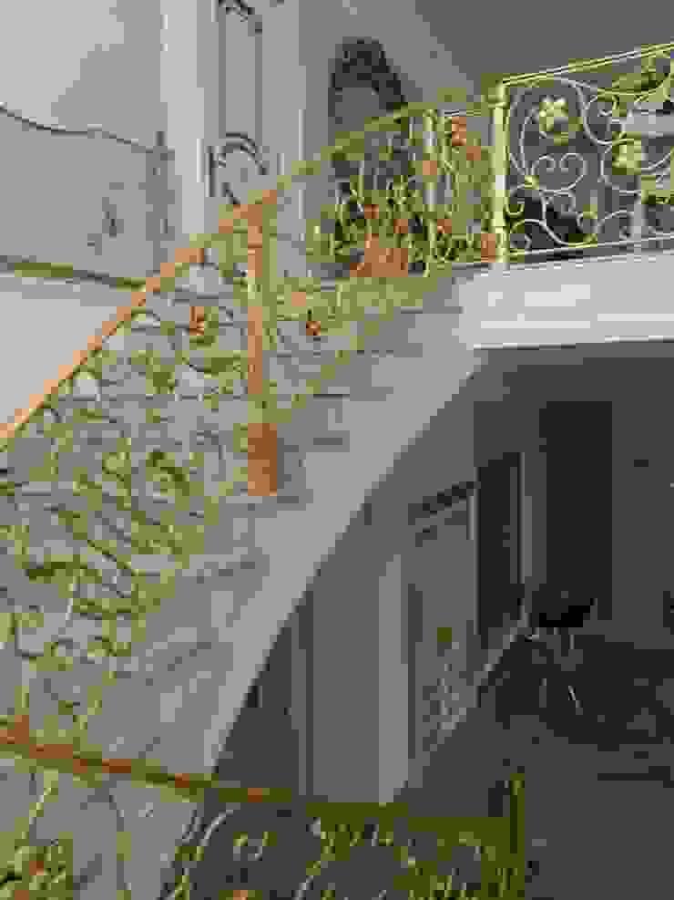 ЗОЛОЧЕНИЕ КОВАННОЙ ЛЕСТНИЦЫ г.Гудермес Коридор, прихожая и лестница в классическом стиле от Абрикос Классический