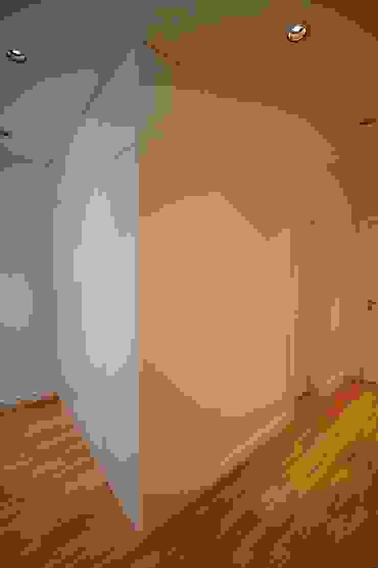 Apartamento em Algés Corredores, halls e escadas modernos por Borges de Macedo, Arquitectura. Moderno